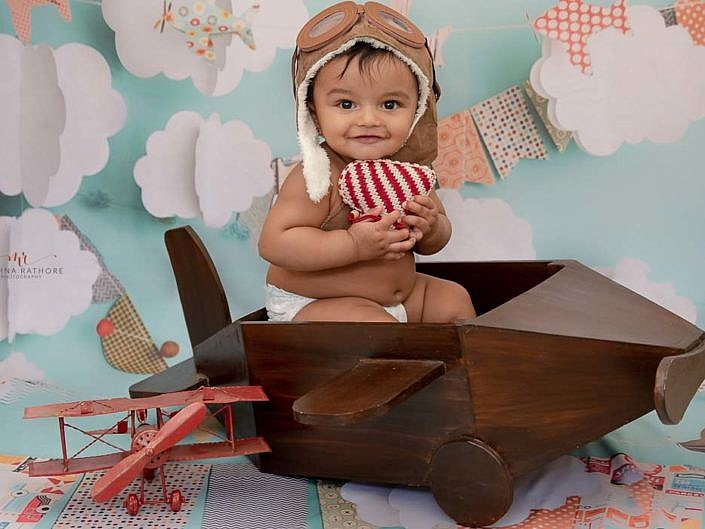 gurgaon delhi kid photoshoot kid sitting in a plane holding a heart meghna rathore photography