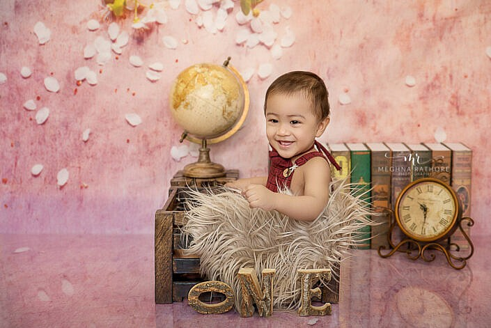 baby sitting in Crate and smiling kid photoshoot by Meghna Rathore photography Delhi