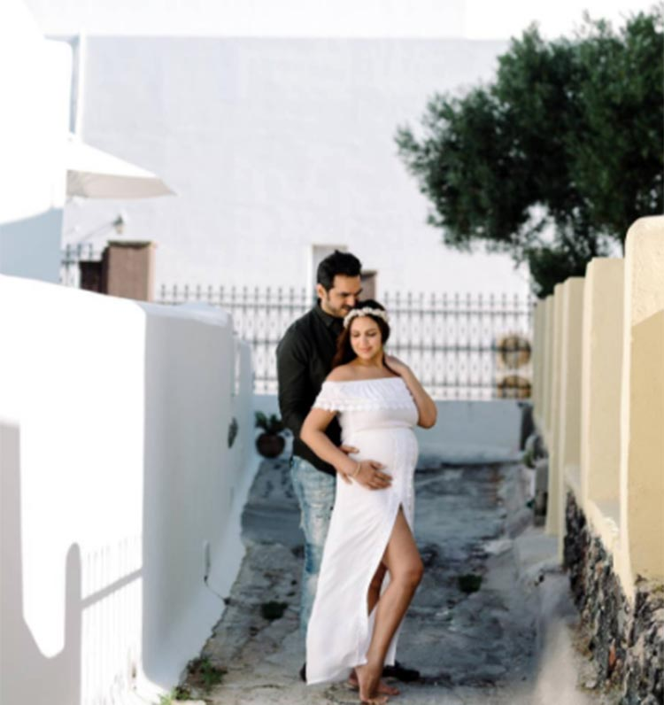 bollywood celebrity esha deol maternity shoot picture in Greece